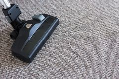 Chiuda su dell'aspirapolvere sopra tappeto Fotografia Stock
