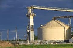 Chiuda su dell'attrezzatura dell'agricoltura e del recipiente del grano Fotografia Stock Libera da Diritti