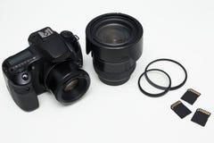 Chiuda su dell'attrezzatura moderna di fotografia sopra bianco Fotografie Stock Libere da Diritti