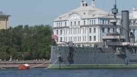 Chiuda su dell'aurora dell'incrociatore sul fiume di Neva - St Petersburg, Russia video d archivio