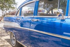 Chiuda su dell'automobile classica blu in Cuba fotografia stock libera da diritti