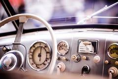 Chiuda su dell'automobile del veterano, il cruscotto, il parabrezza, volante Fotografia Stock Libera da Diritti