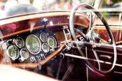 Chiuda su dell'automobile del veterano, il cruscotto, il parabrezza, volante Immagini Stock