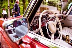 Chiuda su dell'automobile del veterano, il cruscotto, il volante, il retrovisore MIR Immagini Stock