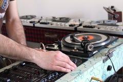 Chiuda su dell'equalizzatore e delle mani del DJ Immagine Stock Libera da Diritti
