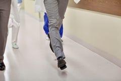 Chiuda su dell'erba medica o di medici che corre all'ospedale Fotografie Stock