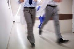 Chiuda su dell'erba medica o di medici che corre all'ospedale Immagini Stock