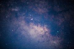 Chiuda su dell'esposizione lunga della Via Lattea con grano ed il fuoco molle Immagini Stock Libere da Diritti
