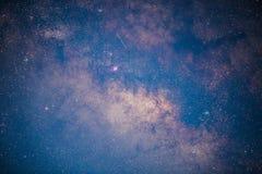 Chiuda su dell'esposizione lunga della Via Lattea con grano ed il fuoco molle Fotografie Stock