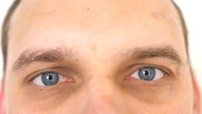 Chiuda su dell'gli occhi maschii Dettaglio degli occhi azzurri di un uomo che esamina macchina fotografica fotografia stock