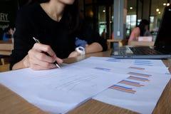 Chiuda su dell'imprenditore femminile asiatico di Yong che effettua i calcoli fotografie stock libere da diritti