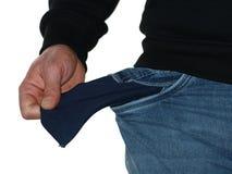 Chiuda su dell'indigente in jeans che mostrano la sua tasca vuota isolata su fondo bianco immagine stock