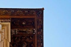 Chiuda su dell'le statue di legno incise nel tetto immagini stock