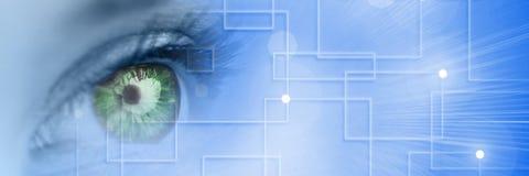 Chiuda su dell'occhio azzurro con l'iride verde e la transizione astuta blu di tecnologia Fotografia Stock