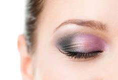 Chiuda in su dell'occhio chiuso della donna con trucco Fotografia Stock
