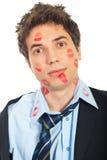 Chiuda in su dell'uomo baciato Immagine Stock