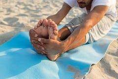 Chiuda su dell'uomo che fa gli esercizi di yoga all'aperto Fotografie Stock Libere da Diritti