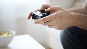 Chiuda su dell'uomo che gioca il video gioco a casa video d archivio