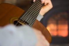 Chiuda su dell'uomo che gioca la chitarra Immagine Stock