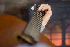 Chiuda su dell'uomo che gioca la chitarra Fotografia Stock