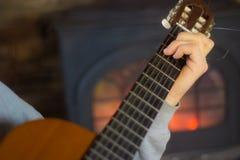 Chiuda su dell'uomo che gioca la chitarra Fotografia Stock Libera da Diritti