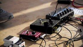 Chiuda su dell'uomo che gioca la chitarra acustica amplificata clip Vista del primo piano della mano che gioca chitarra Gioco del stock footage
