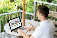 Chiuda su dell'uomo con la pagina online del negozio sul computer portatile Fotografia Stock Libera da Diritti