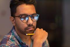 Chiuda su dell'uomo creativo che lavora all'ufficio di notte Fotografia Stock Libera da Diritti