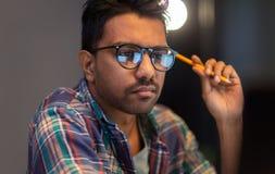 Chiuda su dell'uomo creativo che lavora all'ufficio di notte Immagini Stock