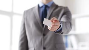 Chiuda su dell'uomo d'affari che dà la carta in bianco bianca video d archivio