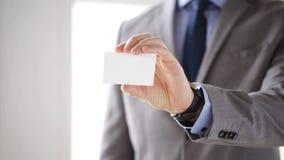 Chiuda su dell'uomo d'affari che mostra la carta in bianco bianca stock footage