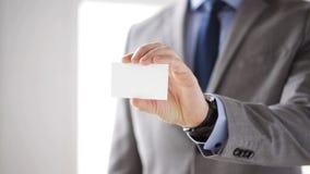 Chiuda su dell'uomo d'affari che mostra la carta in bianco bianca archivi video