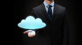 Chiuda su dell'uomo d'affari con la proiezione della nuvola Fotografie Stock