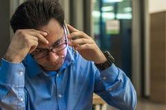 Chiuda su dell'uomo d'affari depresso e frustrato sul telefono Notizie difettose Giovane uomo d'affari preoccupato Fotografie Stock