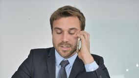 Chiuda su dell'uomo d'affari Negotiating con il cliente, conversazione del telefono video d archivio