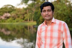 Chiuda su dell'uomo indiano contro la vista scenica del lago nel peacef fotografia stock libera da diritti