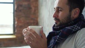 Chiuda su dell'uomo malato che gode della tazza di tè video d archivio