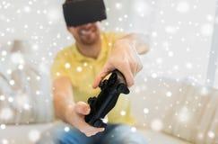 Chiuda su dell'uomo nel gioco della cuffia avricolare di realtà virtuale Fotografia Stock Libera da Diritti