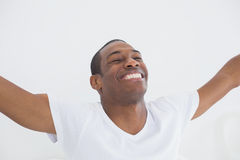 Chiuda su dell'uomo sorridente di afro che allunga le sue armi Fotografie Stock