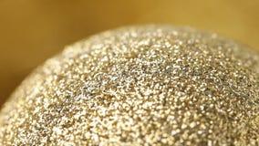 Chiuda su della bagattella girante dell'oro stock footage
