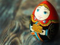 Chiuda su della bambola tradizionale russa Arte russa di legno Figura casalinga Fotografia Stock