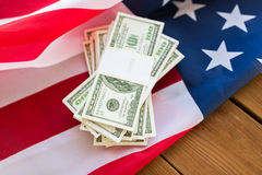 Chiuda su della bandiera americana e del denaro contante del dollaro Fotografia Stock Libera da Diritti