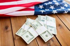 Chiuda su della bandiera americana e del denaro contante del dollaro Immagine Stock Libera da Diritti