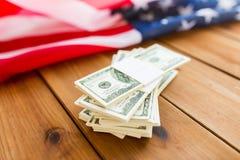 Chiuda su della bandiera americana e del denaro contante del dollaro Fotografie Stock