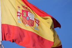 Chiuda su della bandiera dello Spagnolo con la stemma fotografie stock libere da diritti
