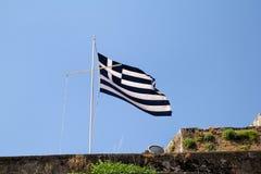 Chiuda su della bandiera greca blu e bianca sul volo dell'asta della bandiera nel vento Bandiera nazionale greca lacerata sul vec immagine stock libera da diritti