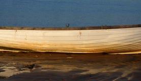 Chiuda su della barca sulla spiaggia Immagini Stock