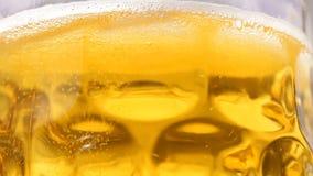 Chiuda su della birra girante con le bolle stock footage
