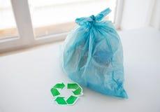 Chiuda su della borsa dei rifiuti con verde riciclano il simbolo Fotografie Stock