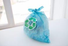 Chiuda su della borsa dei rifiuti con verde riciclano il simbolo Immagine Stock